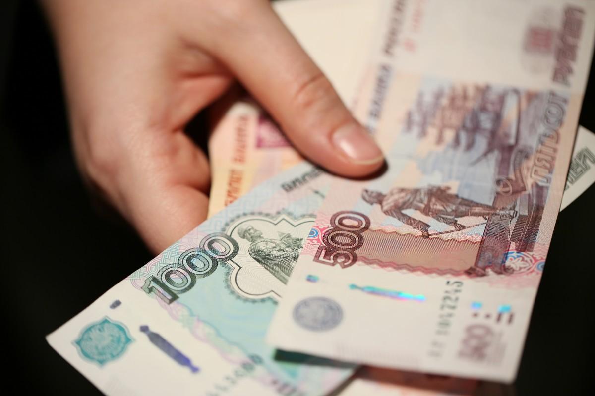 фото в руках денег россии отбывал